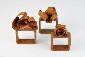 rostige Eisenringe – freie Form